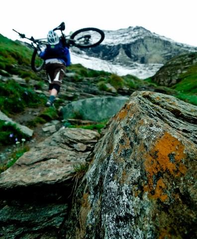 und wieder... wer sein Bike liebt, der trägt es den Berg hoch...
