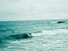 ein paar Surfer wagen sich in die Wellen...