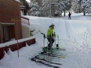 die Skier stehen jeden morgen vor dem Hotel parat... Nur nicht zuuuu viel schleppen...