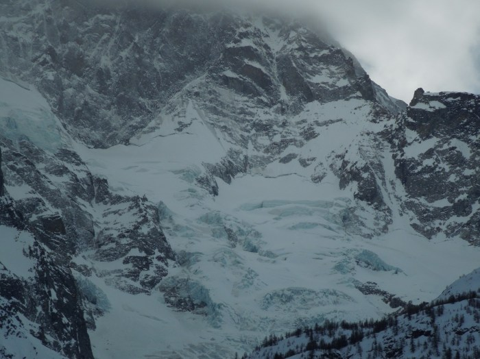 One of the classics. To the left skiing down the glacier. To the right - the Y colouir. Not enough snow there...