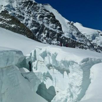 Tiefe Gletscherspalten begleiten uns am Weg...