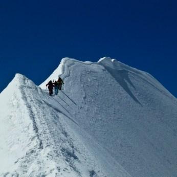 Der Grat zurück zum Ostpfeiler. Trittsicherheit ist gefragt. Und ja keine Höhenangst. Da pfeift es steil runter...